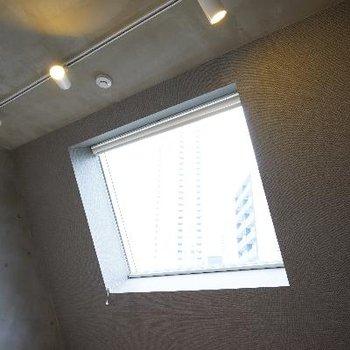 この窓からの眺めが気持ちいいんです!空!