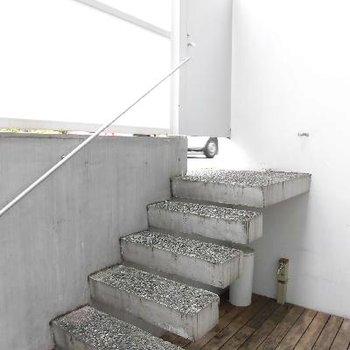 この階段でお部屋に行くんです