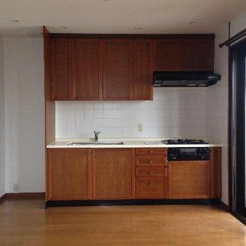 ウッドのキッチンが美しい。