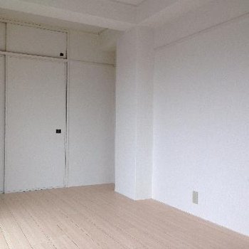 寝室。逆アングル。押入れ式ですが収納もバッチリ。