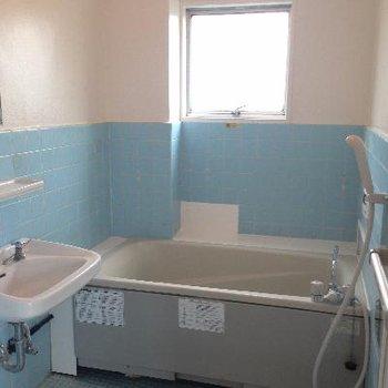 風呂も既存。でも、かなり広い!窓が好きです。
