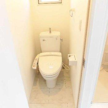 コンパクトですが個室のトイレです