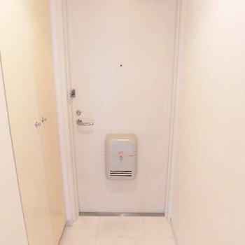 フラットの玄関ですがタイルで別れてます