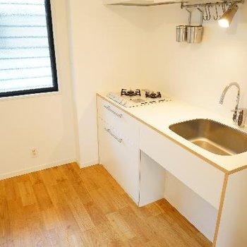 キッチンは2口ガスコンロ、TOMOSオリジナルです。※写真は前回募集時のもの