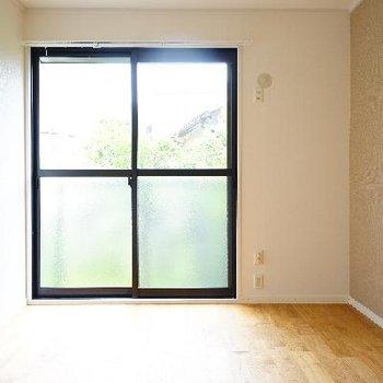 こちらは寝室に。外の緑もあって森林浴しながらゆったり出来そう。※写真は前回募集時のもの
