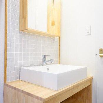 洗面台はタイル張りでキュート。※写真は前回募集時のもの