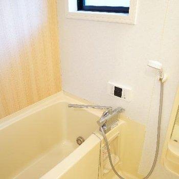 木目シートで綺麗に、窓付きのお風呂。追い焚きもついてますよ。※写真は前回募集時のもの