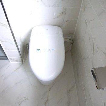 トイレ洗面台と併設。向かいに洗濯機を置きます。