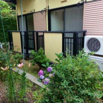ベランダの先には、緑たっぷりのお庭!