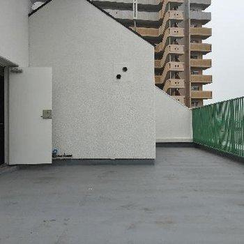 屋上で爽やかな風にあたりましょ〜。こちらはお部屋の玄関横から出られる共有のルーフバルコニー。