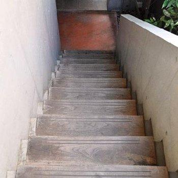 共用部分の木の階段も素敵です
