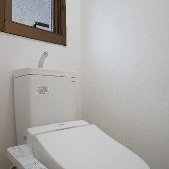 トイレはウォシュレットに窓もついて◎