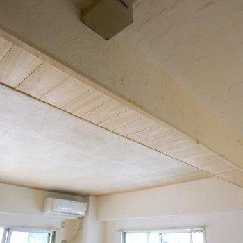 天井のこだわり。梁型は檜の突き板貼りで仕上げました
