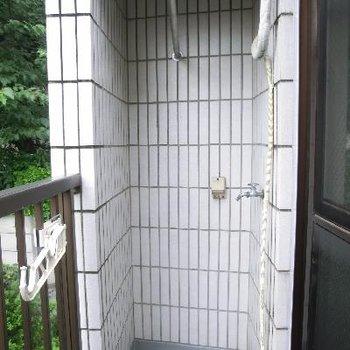 もう一つのバルコニーにある洗濯機置き場。屋根付き!