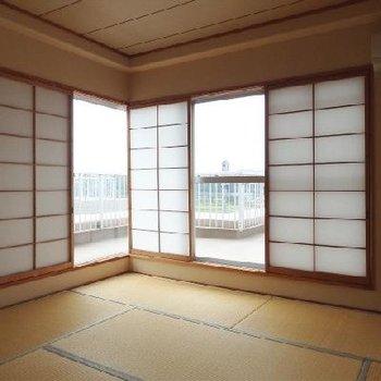 広めの和室。窓の形も面白い
