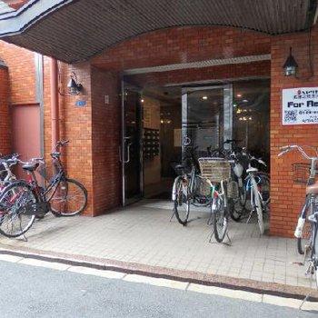 自転車はみなさんこの辺りに置いてますね。