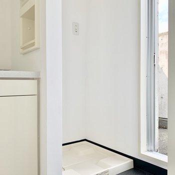 洗濯機はすぐ横に。上部に棚も付いています。