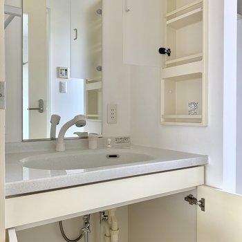 洗面台。歯ブラシはサイドの棚に。