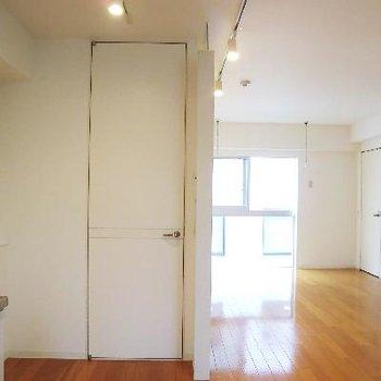 キッチン側から見たリビング。こちらの扉はバスにつながります。