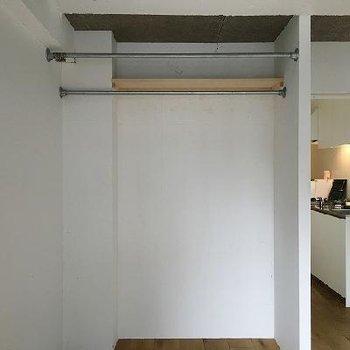 収納はオープンタイプですが手前にカーテンを垂らすこともできます