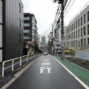 駅への道。緩やかな坂です