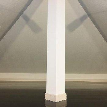 ロフトは屋根に沿って。真ん中に柱がどんっと