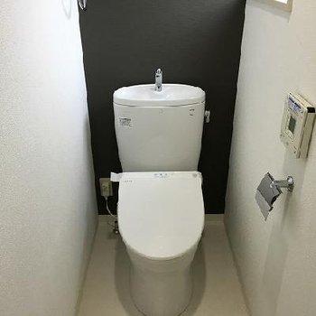 トイレは個室で窓があります!