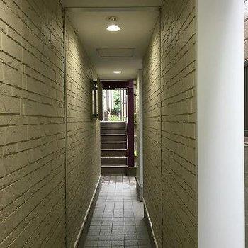 共用部。奥の階段で3階まで上がっていきます。