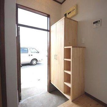 キッチン横に玄関あります。