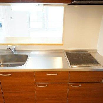 キッチンはIH2口コンロ。大きめです。