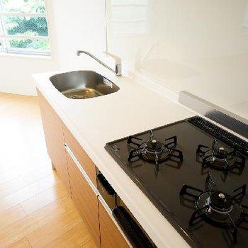 キッチンは充実の設備で爽やか!