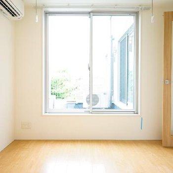 寝室も窓が◎明るいです!