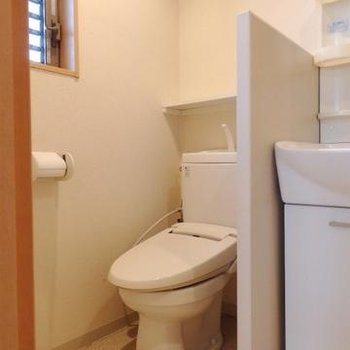 洗面台の隣にトイレ。※写真別室