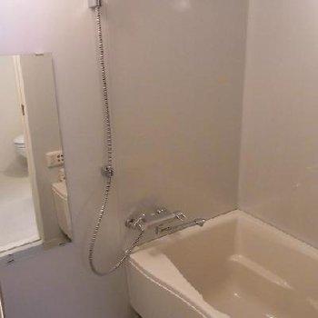 浴室はシンプルなユニット※写真は別のお部屋です
