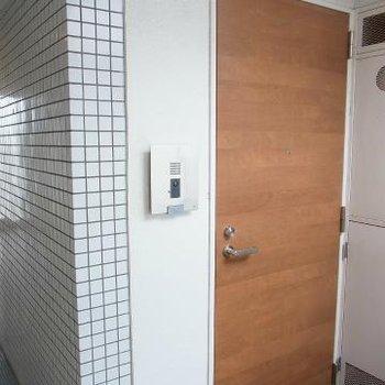玄関扉がまた良い色目でかわいいです※写真は別のお部屋です