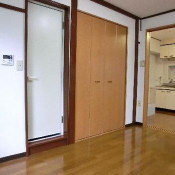 こちらの扉が水回り。洋室にあるんです。