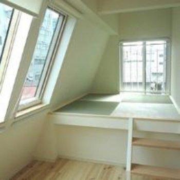 無垢床と光のコントラスト!※写真は別のお部屋です