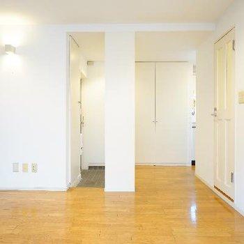 玄関を見た図です。真ん中の柱は下駄箱になってます。※写真は前回募集時のものです
