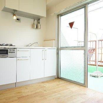 キッチン横に窓があるといいですね♪