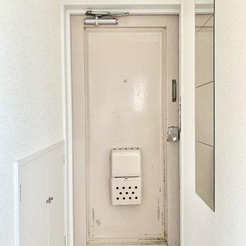 玄関は白タイルに♪