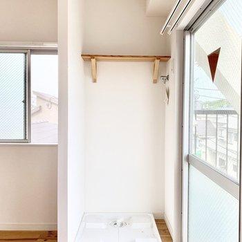 洗濯機置場はロールカーテン付きです。