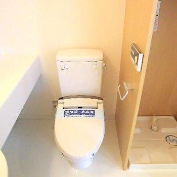トイレが併設。その横に洗濯機置き場。無駄のない間取り。