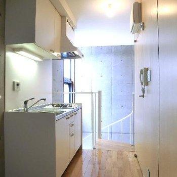 階段を上がってキッチン。