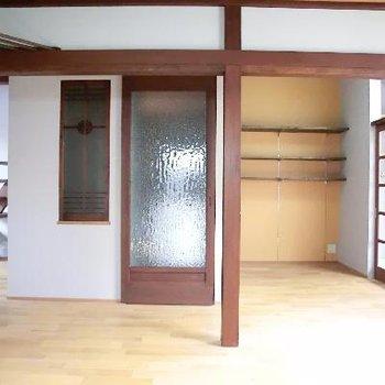 リビング部分。センターの扉は階段につながります。右側は奥行きがアリます。