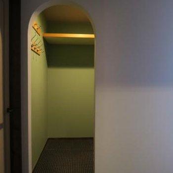 ライトグリーンのオープンウォークイン。アーチ型の入口なんです。