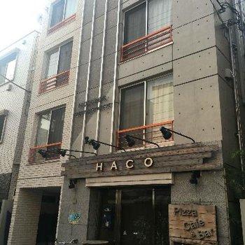 一階は飲食店、コンクリートがおしゃれな雰囲気