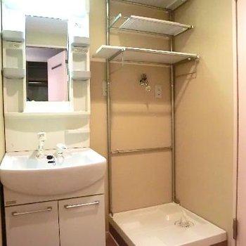 こちら脱衣所。洗面台。