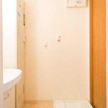脱衣所には洗濯カゴも置けるスペースも
