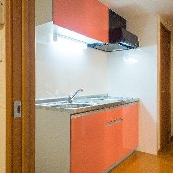 収納たっぷりキッチンの横には、大きな冷蔵庫も置けるスペース有り