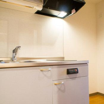 キッチン横にはそこそこのスペースが設けられています。